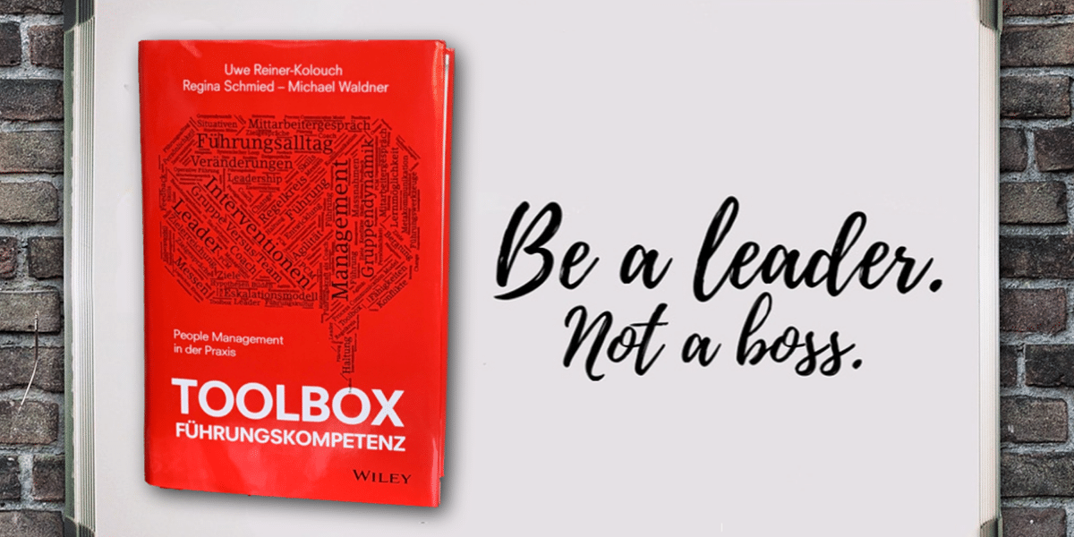 """rote Toolbox mit daneben dem Sprcuh """"Be a leader not a boss"""""""
