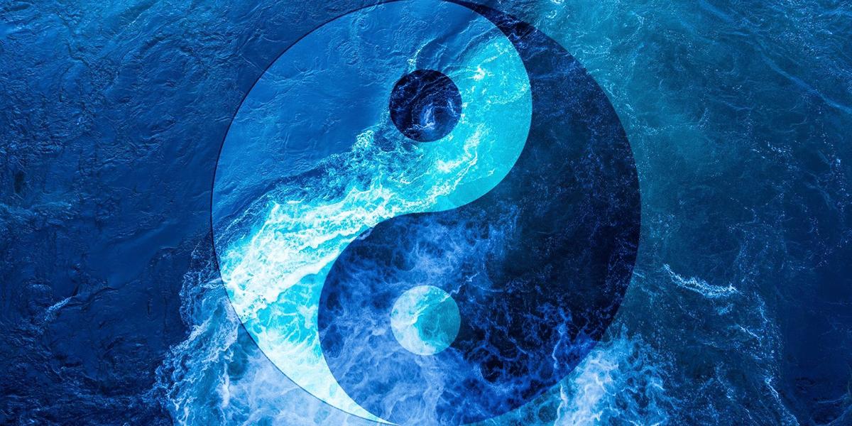 Yin und Yang Symbol in den Wellen.