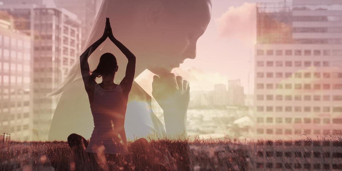 Im Vordergrund eine Frau die Yoga macht. Im Hintergrund eine nachdenkende Frau.