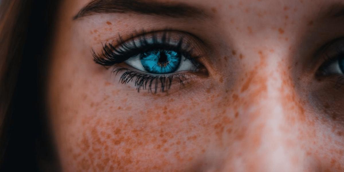 Blaues Auge einer jungen Frau.